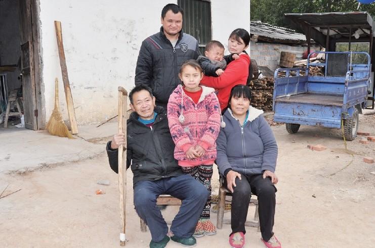 照片中的女孩叫悠悠,11岁,是平江县板江乡小水完小五年级学生,